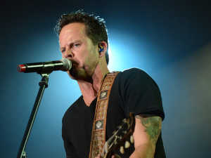 """VIDEO: 99 Seconds of Gary Allan """"Nothin' On But The Radio"""" From Joe's Bar!"""