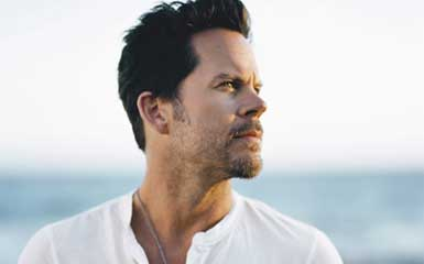 """VIDEO: 99 Seconds Of Gary Allan """"Learning How To Bend"""" From Joe's Bar!"""