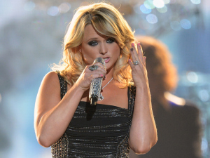 """VIDEO: 99 Seconds Of Miranda Lambert """"All Kinds Of Kinds"""" in Tinley Park!"""