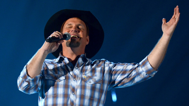 [VIDEO] Garth Brooks Gives It His All For The Last Chicago Show!