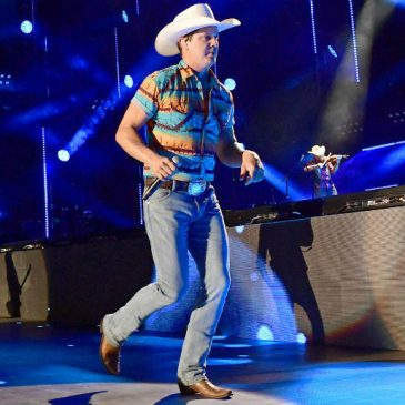 Luke Bryan Bought Jon Pardi A Bulldozer To Say Thanks For The Summer!