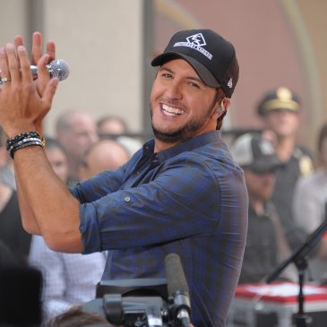 "Luke Bryan Performs ""That's My Kind Of Night"" On The AMAs Last Night!"