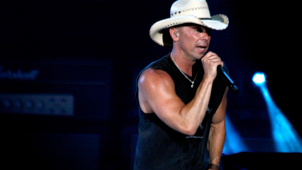WATCH: Kenny Chesney Tailgates With His Fans In Tampa!