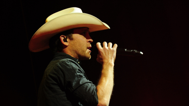 Trending Today: Garth In Chicago, Carrie On TV, Justin Moore Baby Arrival