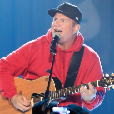 Garth Brooks Pays For A Fan's Honeymoon!